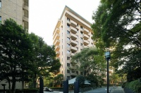 同社の「R100 TOKYO」では、都内の緑豊かで歴史ある邸宅地に立地、100平方メートル以上のマンションにこだわっている(写真は「広尾ガーデンヒルズF棟」(東京都渋谷区、総戸数63戸)、写真提供:(株)リビタ)