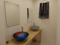 洗面ボールには、エキゾチックな印象の柄のガラス製品を採用
