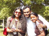 ハシ-タ(左)私のもと生徒。インド生まれ。フィラデルフィアの大学院で繊維工学修士課程勉強中。ニューヨークのファションデザイナーにスカウトされて勉強の合間をぬってテキスタイルデザインの仕事もしている。ピユーシ(中央)ハシータの友人。インド人。アメリカで経済修士号取得後、シカゴの銀行で修行中のエリート。サラ(右)ハシータの友人。インド人生まれの孤児で赤ちゃんのときにシカゴの養父母にひきとられアメリカ育ち。グラフィックデザイナーでボストンの公認会計士と婚約中。