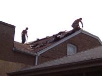 屋根ふき職人達。(うちの屋根です)ほとんど英語がしゃべれないポーランド人。しかしよい仕事をすればアメリカで暮らしていける。ポーランドでは仕事があまりないという。