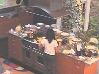 豪華なアイランド型キッチン。5mある天井からはステンレス製のフードが真ん中に配置されている(友人のミーナ宅)