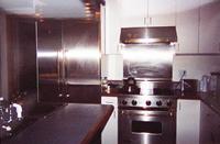 コロラド州アスペンのアンダーソンランチ。豪華なステンレス製の冷蔵庫(左。ヴァイキング社)とガスレンジ(中央)を配置した実に機能的で使いやすいキッチン。ステンレス製はここ数年大流行