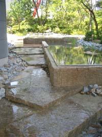 傾斜を生かした石造りの庭園