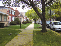 道路とは完全に分かれている歩道。住宅の前庭は芝生で、常にきれいにしていないと近所から文句が出ることも…(シカゴ市内で)