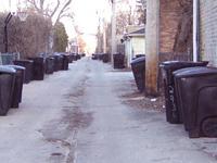 アレィには、市から配給されたゴミ箱が並ぶ。電信柱も裏通りにある(シカゴ市)