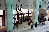 「M」のマークが印象的な「丸善」入口。東京駅側エントランスから入って右側に位置する