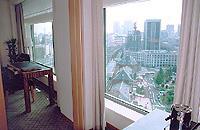 「丸ノ内ホテル」16階のコーナーツインルーム(東京駅側)からの眺め。窓の下には東京駅舎が