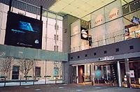 イベント広場に面し、1階には日経新聞社の情報発信スペース「日経ノティオ」、2階には宇宙航空研究開発機構のショールーム「JAXA i」がある(「オアゾショップ&レストラン」)