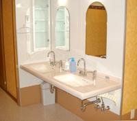 洗面所は車椅子でも使いやすいタイプを採用している