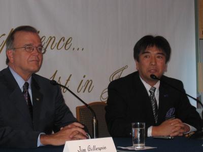 会見するコールドウェルバンカーアフィリエイツジャパン・定村代表(右)と、ジェームス.ギレスビー・コールドウェルバンカーリアルエステートコーポレーション代表取締役兼CEO(左)
