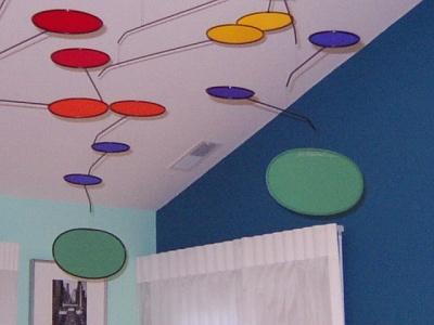 「気」の流れをかえるために、鏡、風鈴、モビールなどを効果的に使う(イリノイ州ノースブルック市)