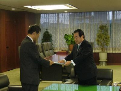 部会長の平井宜雄氏から大臣に答申書が手渡された