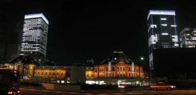 丸の内側から見た夜のツインタワー。ライトアップされた外観はひときわ目立つ