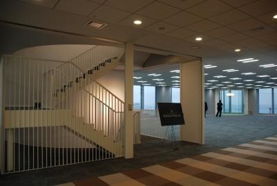 オフィスではあまり目にすることのない、室内に設けられた螺旋階段