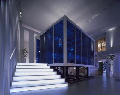 「ヴァイタルデザインスタジオ」全景。2層吹き抜けのフロアは天地方向に開放感があり、さまざまな会議室が立体的に配置されている。写真中央の個室は会議室「ブレスト」