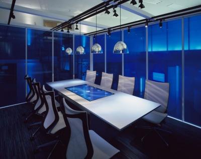 「ブレスト」内部の「ブレイン・テーブル」。特殊なセンサーが内蔵されたテーブルは、参加者が手をかざすことで、さまざまな操作が可能