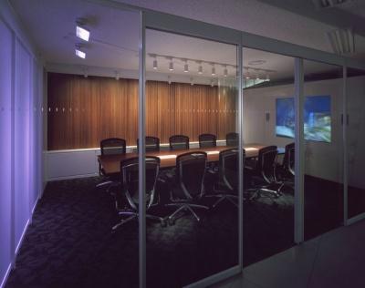 会議室「エモーション」。壁際に、3DCGによる魚が泳いでいる。魚は、会議の盛り上がりに合わせて、たくさん集まってくる