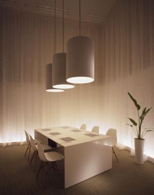 会議室「フレンドリー」内部。まるでホテルの一室のようなインテリア。テーブルには、コミュニケーションを活性化するためのモニターが内蔵されている
