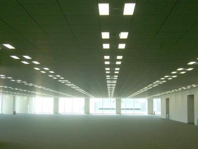 最上階24階のオフィスフロアは圧巻の無柱空間。オフィスを取り囲む大きな窓から見える景色も絶景