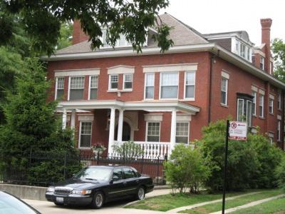 バラック・オバマ民主党上院議員の自宅。合衆国政府から派遣された車が前に停まっている。中にはセキュリティガードが乗り込み、常時警戒を怠らない(イリノイ州 シカゴ市。以下同じ)