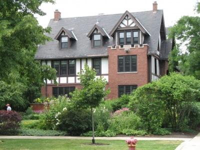 同じくオバマの家の近所のチューダー様式の屋敷。30くらい部屋があるのではなかろうか?