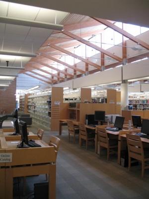 図書館ではコンピューターのセクションがますます増えて、本よりもインターネットで調べものをする人々が多いようだ(イリノイ州オーランドパーク市立図書館)