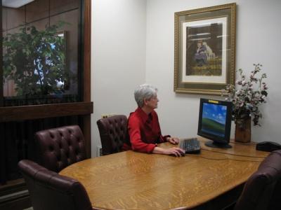応接室で顧客に説明するために設置してあるコンピューター。ファイルやパンフレットより説得力がある、と不動産エージェント、パム・フューサックは言う