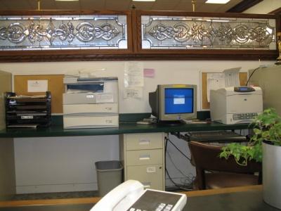 エージェント達は自宅に少なくとも1台は自分のコンピューターがあるため、オフィスではこの1台を共有している。たいていの仕事は自宅で済ませる