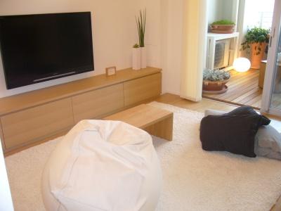 アンケートでは、テレビを「床に座って見る」(58.2%)という回答が多かったことを受け、モデルルーム(MODEL1)では、そのスタイルのインテリアを採用している