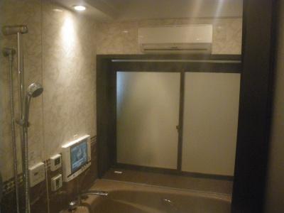 窓の上に設置されているのは、戸建リフォーム用のミストサウナ。高い気密性が求められるため、ユニットバスが推奨されるが、現地施工の浴室にも設置はできる