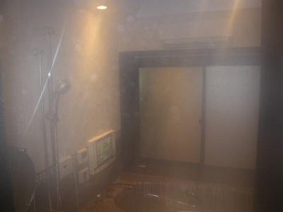スプラッシュミストを稼働させた浴室。防滴仕様のデジカメで撮影。小雨の中を歩いているような感覚になる
