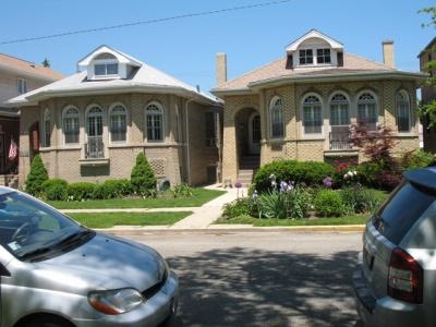 シカゴ市には多くのバンガロー様式の住居が使われている。がっしりとした構えで一戸建てが特徴(イリノイ州シカゴ市 以下同)