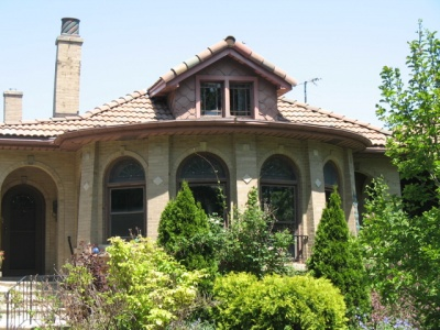 90年前の職人の技が偲ばれる煉瓦とタイル。それぞれの窓もスティンドグラスのオリジナルであろう