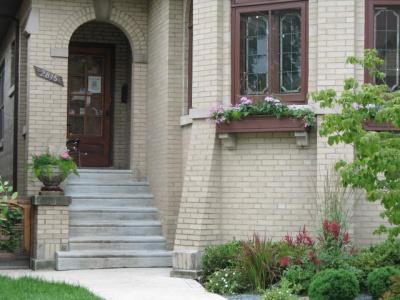 オリジナルの窓や花を飾るための石の支えなどが使われている