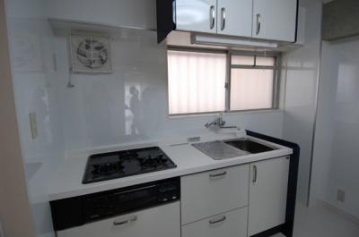 キッチン回りには、防汚パネルを張り込んだ。パネルは細かく分けられており、傷や汚れがひどい場合でも、一部だけを交換することで、原状回復を容易にした