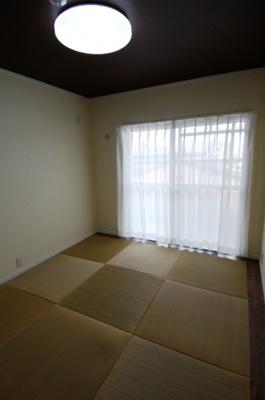 和室のデザイン畳は、オーナーがホームセンターで仕入れた。1枚1