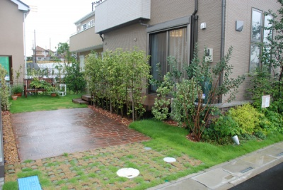 車2台分を確保した駐車スペース。芝生を採用することで、輻射熱を低減