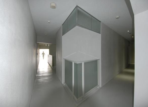 内部を巡る内廊下も、当然正三角形。明かり取りの吹き抜けのおかげで、昼間でもほんのり明るい