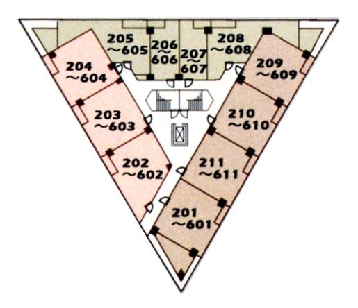 「ラ・ステラ」建物平面図(2~6階)。三角の建物の外周に沿うように、住戸を配置。内側に階段室やエレベータを集めている。三角形に四角い住戸を配置するため、当然不整形の間取りが出てくるのだが…