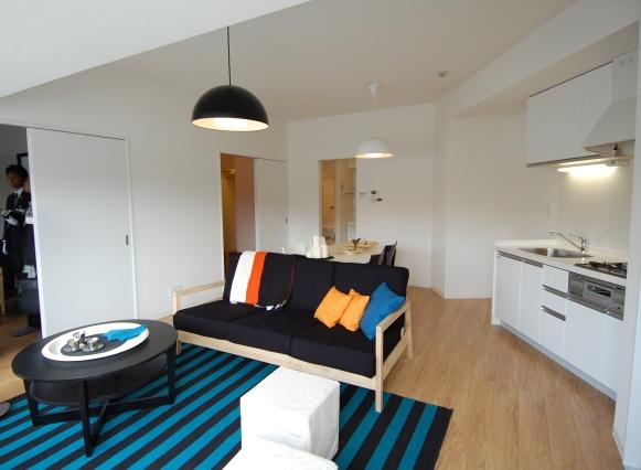 2LDK、専有面積59平方メートル(102~602号室)のLDK。不整形ながら約16畳を確保し、キッチンをオフセットすることで、居室部分をほぼスクエアにしている。三角の頂点部分は納戸とすることでうまく処理した