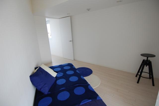 同住戸(反転タイプ)の寝室部分。部屋はあえて7畳大にとどめ、その分バルコニーを4畳と大きく取り、さまざまな用途に活用できるようにした
