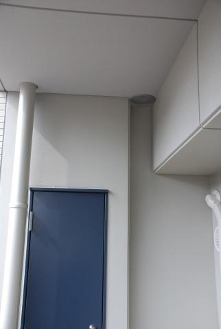 ベランダにある配管。こちらもシャフトボックス内の配管同様、あらかじめ予備のスペースを設けてあり、将来、交換する際は、古い配管を付けたまま右の穴に新しい配管を設置でき、住民が生活しながら工事を行なえる