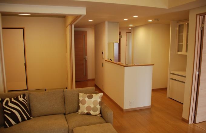 専有部の床下には、外配管とつながる横引き管を設置。「主管」と「枝管」に機能分けしたことで、キッチンや風呂場など水回りの位置を自由に動かすことができる