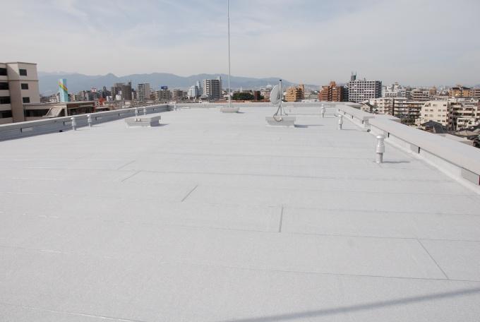 二重防水された屋上。劣化を防ぎ、修繕の期間を50年に延ばしている