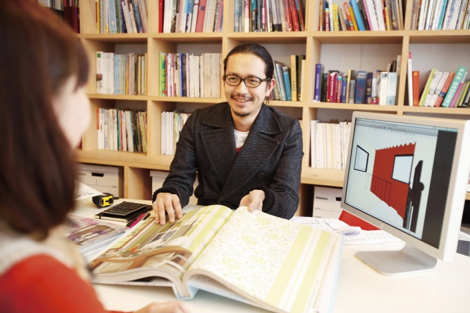 コンサルシーンのイメージ。顧客の好きな本・音楽などから潜在的趣向をカウンセリングする。パソコンでは専用ソフトで壁紙を変更したイメージを表示
