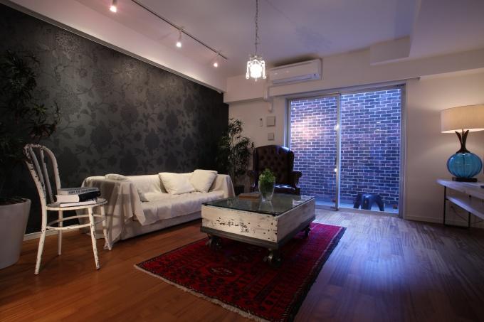 「アルティス西ヶ原パークヒルズ」のモデルルーム1室。黒で花柄のアクセントクロスは一見派手なイメージだが、実際部屋に入ってみるとシックで落ち着く印象