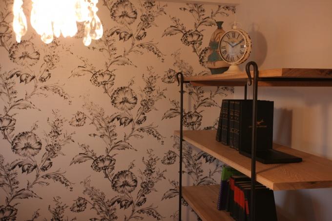 書斎は白ベースの花柄。明るさのなかにモダンな印象