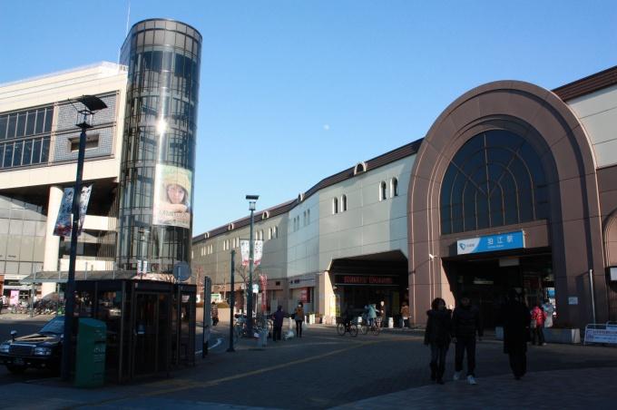 小田急線「狛江」駅前。物件はここから徒歩5~9分の場所に所在する