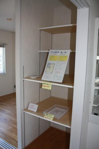 室内に入ると、井原さん手作りの物件案内が。物件の寸法を記載した平面図も用意。「家具が入るか気にする人が多かったので、用意したんですよ」(井原さん)
