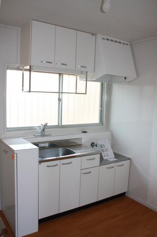 キッチンは小型のシステムキッチンを導入。「シューズボックスがない」と難色を示した見学者があったことを受け、早速シューズボックス設置